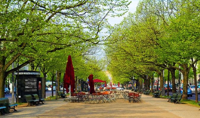 A bela rua Unter Den Linden em Berlim