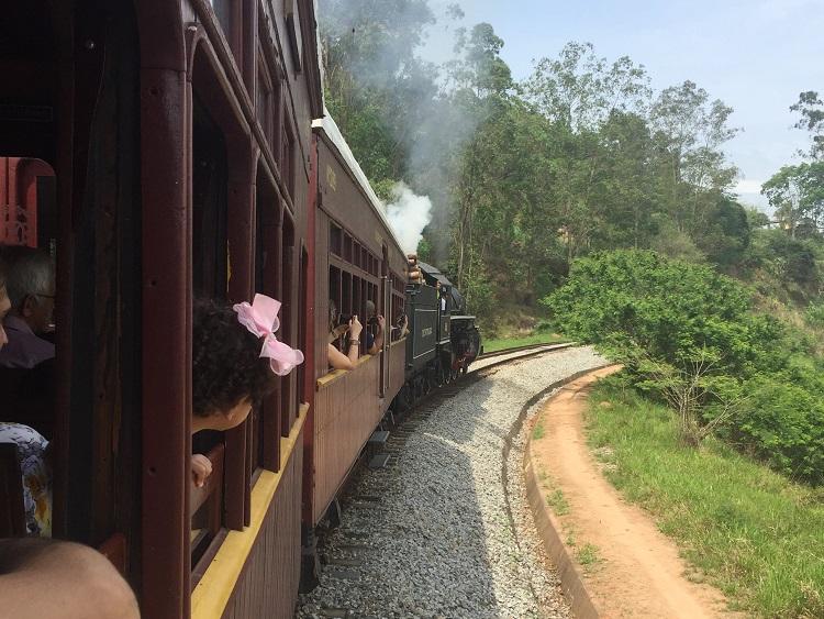 Passeio de trem em Guararema: embarque em uma maria-fumaça de 1927