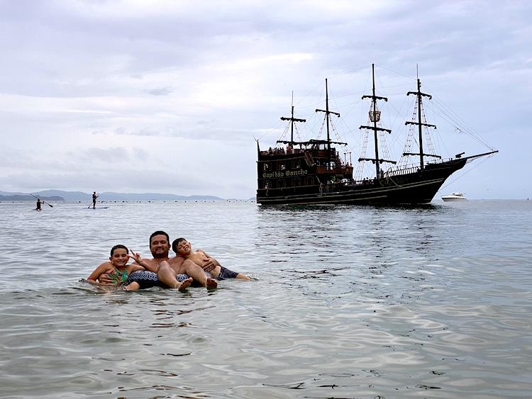 praia das laranjeiras barco pirata